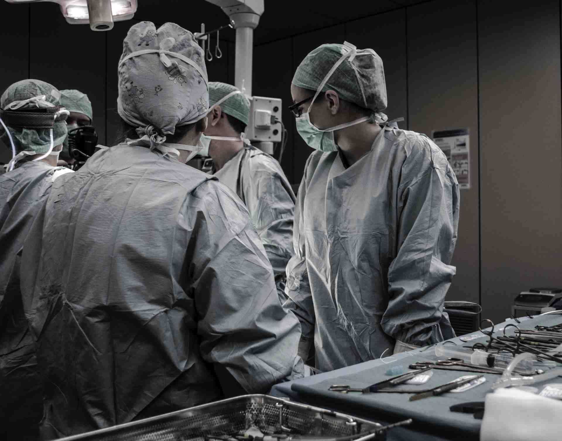 Private Krankenversicherung -Team von Ärzten in Operationsraum