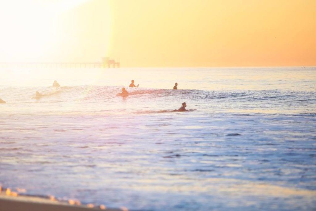Surfer auf Welle - Sonnenuntergang