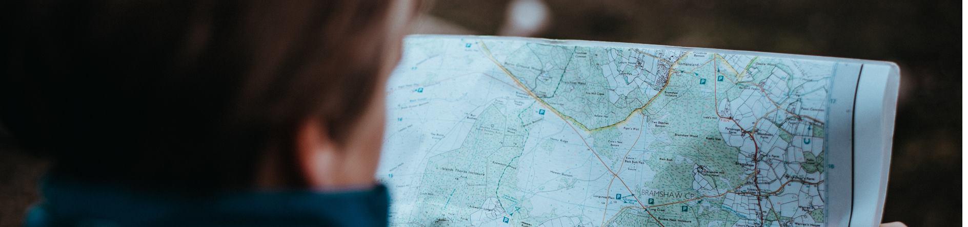 Altersvorsorge - Mann mit Karte sucht Orientierung